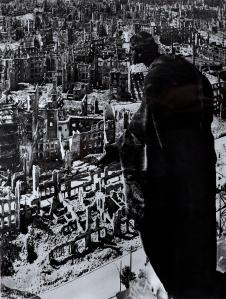 Richard Peter sen. Blick vom Rathausturm nach Süden, Dresden, 1945 publ. in: Dresden. Eine Kamera klagt an, 1949 Bromsilbergelatine, 17 x 22,8 cm Museum Folkwang, Essen © SLUB Dresden/Deutsche Fotothek, Richard Peter sen.