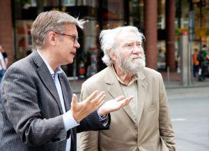 Otto Piene und Museumsdirektor Dr. Hermann Arnhold im Gespräch über die Lichtinstallation