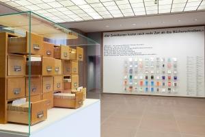 Ausstellungsansicht mit Niklas Luhmanns Zettelkasten und einer Auswahl seiner Publikationen © Kunsthalle Bielefeld
