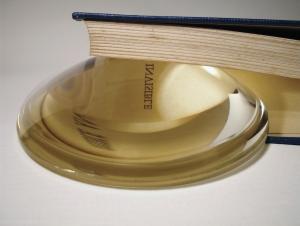 Pavel Büchler, The Problem of God, 2007, Gefundenes Buch, und Vergrößerungsglas, ca. 20 × 27 × 5 cm, Privatsammlung Bern, © Pavel Büchler