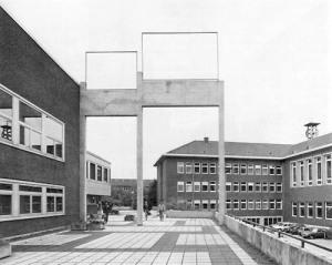 Isa Genzken: ABC, 1987, Beton, 1485 x 1120 x 40 cm https://www.skulptur-projekte.de/skulptur-projekte-download/muenster/87/genzke/b1_gen.htm