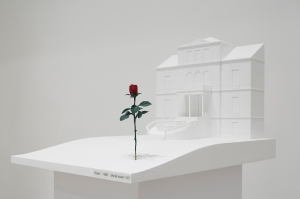 Isa Genzken 'Rose' 1993 Baden-Baden, Park der Villa Schriever realisiert Modell, 2015, Maßstab 1:50 Kunststoff, Acrylfarbe, Holz 165 x 50 x 70 cm Courtesy Galerie Buchholz Köln/Berlin/New York © VG Bild-Kunst, Bonn 2016