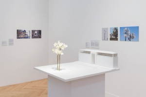 'Zwei Orchideen', 2015 Venedig, 56. Biennale Venedig, Giardini realisiert Stahl, Aluminium, Lack Höhe 1038 cm Foto: David Ertl, 2016 Courtesy Galerie Buchholz Köln/Berlin/New York © VG Bild-Kunst, Bonn 2016