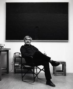 Alberto Burri in seinem Studio in Case Nove di Morra, Città di Castello, Italien, 1982, Foto: Aurelio Amendola, © Aurelio Amendola, Pistoia, Italien