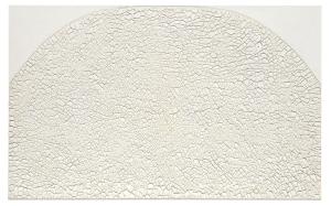 Alberto Burri, Grande bianco cretto, 1974, Acryl znd PVA auf Celotex, 126 x 201 cm, Privatsammlung, © Fondazione Palazzo Albizzini Collezione Burri, Città di Castello/ VG Bild-Kunst, Bonn 2016