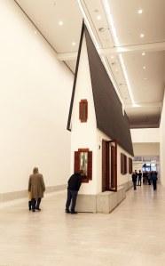 Erwin-Wurm_Bei-Mutti_Ausstellungsansicht_1590_Foto-Amin-Akhtar