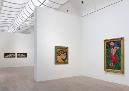 """Installationsansicht """"museum global"""" Mikrogeschichten einer ex-zentrischen Moderne, Kunstsammlung Nordrhein-Westfalen, K20 Foto: Achim Kukulies © Kunstsammlung NRW"""