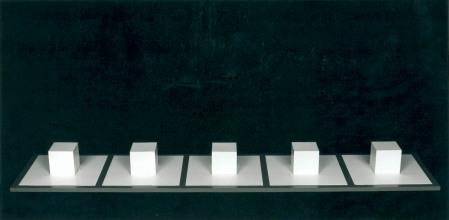 Sol Lewitt, Five Part Variations with Hidden Cubes, 1968-1972, Plastikkuben, bemaltes Holz und Bleistift, Metropol Kunstraum, München © VG Bild-Kunst, Bonn 2020